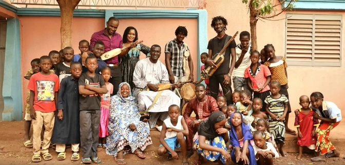 This image has an empty alt attribute; its file name is Bassekou_Kouyate_Garana_2018-672x322.jpg